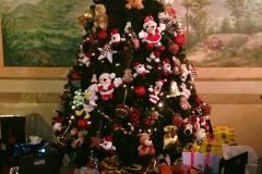 Árvore de natal com diversos presentes, entre eles um livro História de Missy