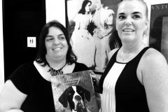 Eu e Ana Cláudia Mota, da escola ANNE SULLIVAN, escola bilíngue para surdos!! Atrás a foto de ANNE SULLIVAN!! Quando fui fazer a Doação do Livro.