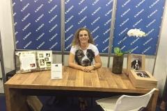 Izabella lançando o livro na Bienal de Belo Horizonte
