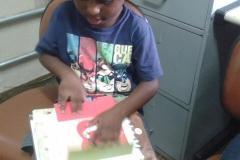 Criança explorando o livro