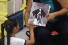 Aluna da escola bilíngue para surdos Anne Sullivan em São Paulo sendo alfabetizada pela linguagem de sinais, LIBRAS, com o livro Missy!!