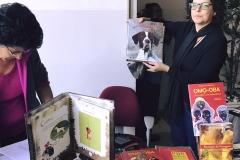 O livro Missy, sendo apresentado para venda na PUC Coração Eucarístico, MG