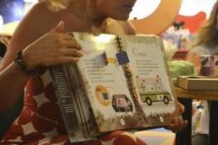 Flavia Lippi lendo para as crianças no lançamento do livro em São Paulo.