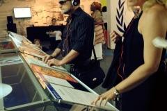 Exposição de gravuras para deficientes visuais no memorial da America Latina, com audiodescrição