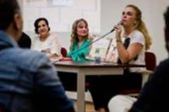 Izabella palestrando para alunos de pedagogia na PUC-BH