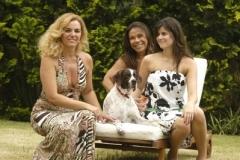 Missy e a sua família em um sofá no jardim gramado