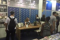 Izabella em sua mesa atendendo as duvidas dos leitores na Bienal de Belo Horizonte no Stand da Leitura