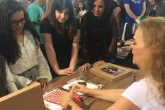 Izabella autografando livros para as crianças a Bienal de São Paulo no Stand da Leitura