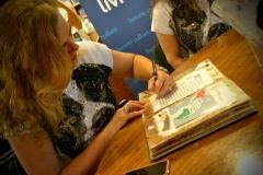 Izabella autografando um livro